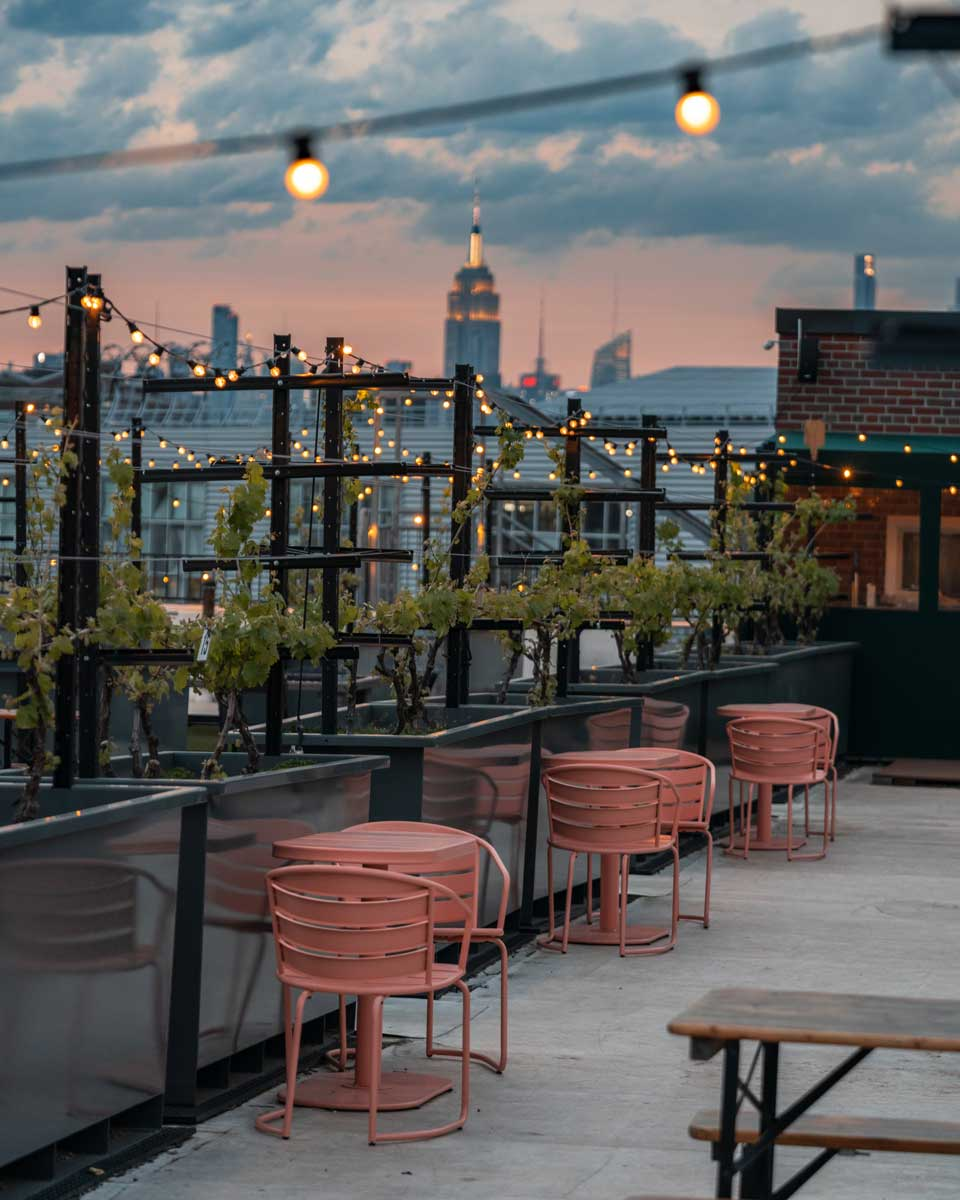 sunset-view-of-the-empire-state-building-at-rooftop-reds-in-navy-yard-brooklyn-rooftop-winery