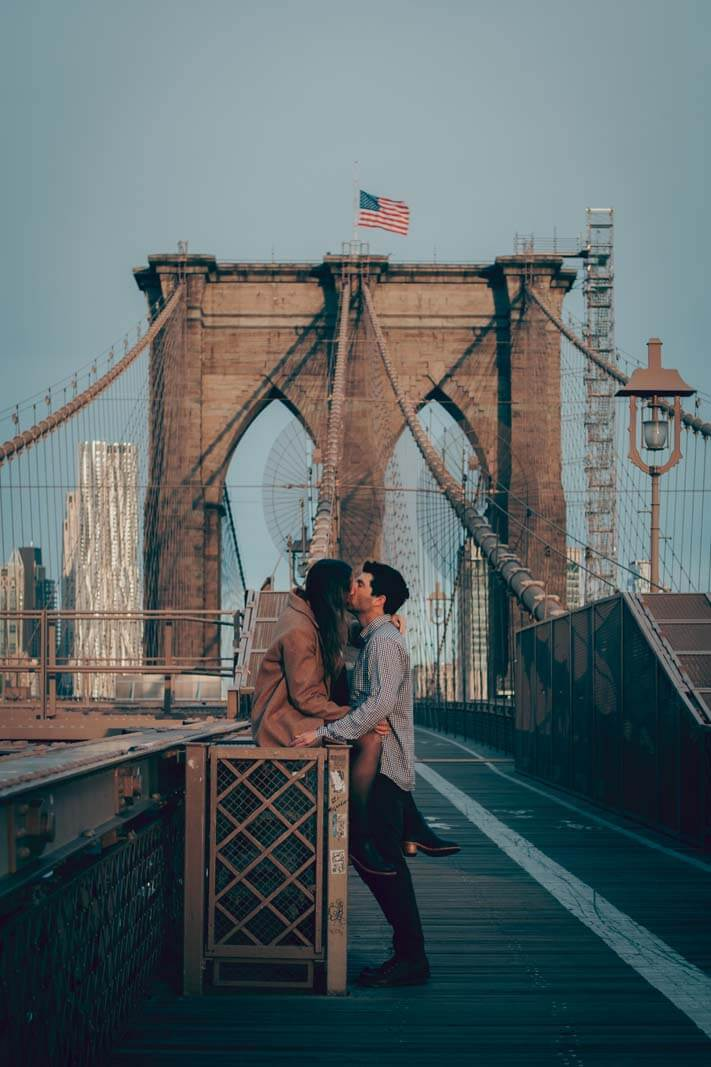 couple kiss on Brooklyn Bridge
