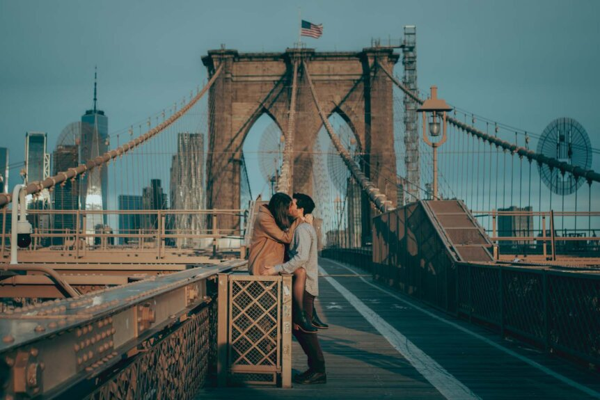 kissing couple on the Brooklyn Bridge