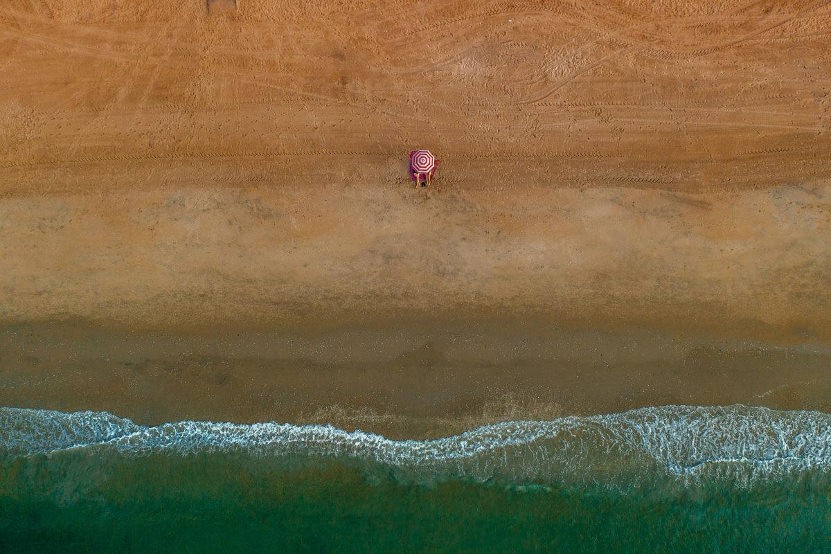 aerial-shot-of-couple-at-Brighton-Beach-in-Brooklyn