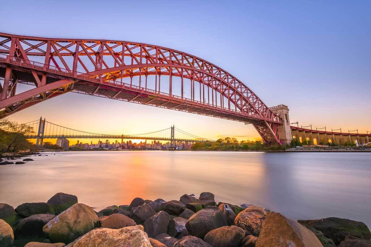 hell-gate-bridge-in-new-york-city-VJYBDUT