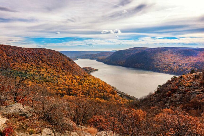 the-hudson-river-as-seen-from-breakneck-ridge-hike-near-NYC