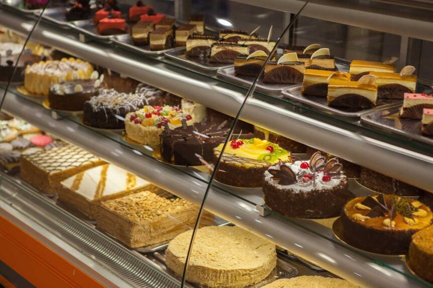 cakes-in-a-case-in-a-bakery